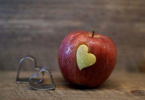 Apfel mit Herz und Ausstecher