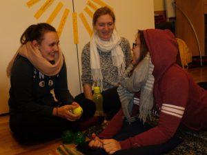 drei junge Frauen in einer netten Gesprächsrunde