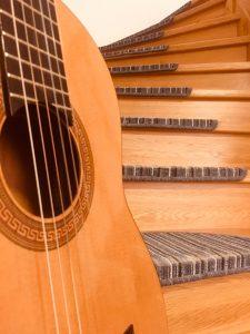 Gitarre auf Stiege