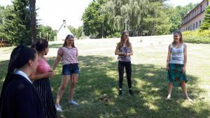 Outdoorspiele werden ausprobiert und es wird viel gelacht