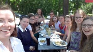 Marienschwester und junge Frauen beim Mittagessen im Bistro am Kahlenberg