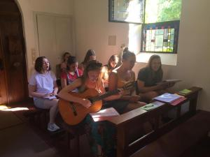 Junge Frauen singen und spielen Instrumente im Heiligtum